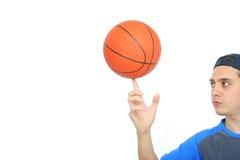 Junger Mann, der den Basketball getrennt spielt Lizenzfreie Stockfotos