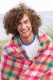 Junger Mann, der in den Sanddünen steht Lizenzfreie Stockfotografie