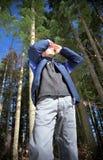 Junger Mann, der den Wald scannt Stockfoto