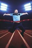 Junger Mann, der den Wettbewerb auf Stadion gewinnt Lizenzfreie Stockfotos