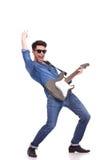 Junger Mann, der an der Gitarre durchführt stockfotos