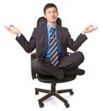 Junger Mann, der in der Lotoshaltung sitzt Lizenzfreie Stockfotos