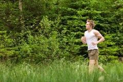 Junger Mann, der in der Natur rüttelt Stockfotografie
