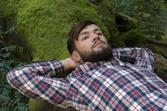 Junger Mann, der in der Natur sich entspannt Lizenzfreie Stockfotografie