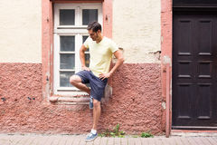 Junger Mann, der in der Straße aufwirft Lizenzfreies Stockfoto
