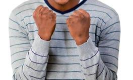 Junger Mann, der die Fäuste zusammenpreßt Stockfotografie
