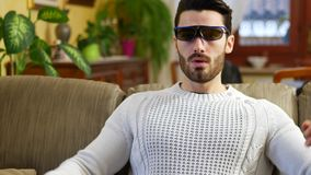 Junger Mann, der die Gläser 3d reagieren in der Überraschung trägt stock video
