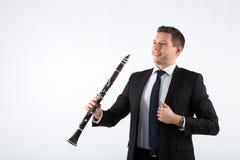 Junger Mann, der die Klarinette spielt Lizenzfreie Stockfotos