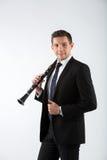 Junger Mann, der die Klarinette spielt Stockfotos