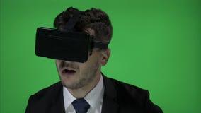 Junger Mann, der die schöne Zeit beim Einsetzen der futuristischen Technologie mit VR-Gläsern genießt, Musikvideos und Tanz auf g stock video footage