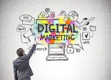 Junger Mann, der digitale Marketing-Ikonen zeichnet Lizenzfreie Stockfotografie