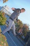 Junger Mann, der draußen balanciert Lizenzfreies Stockbild
