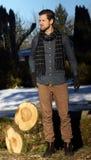 Junger Mann, der draußen einen Schal trägt Lizenzfreies Stockbild