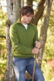 Junger Mann, der draußen in Herbst Woodlan geht Stockfotografie