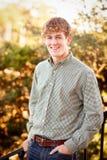 Junger Mann, der draußen lächelt Stockfotos