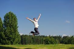 Junger Mann, der draußen springt Stockfotos