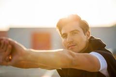 Junger Mann, der draußen trainiert stockfoto