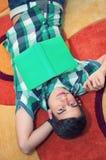 Junger Mann der Draufsicht mit Gläsern und Buch stockfotos