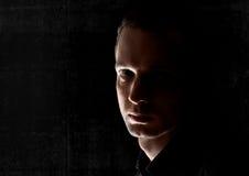 junger Mann in der Dunkelheit Lizenzfreie Stockfotos
