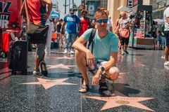 Junger Mann, der durch den Keanu Reeves-Stern sitzt stockfotos