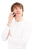 Junger Mann, der durch Handy spricht Stockfotografie