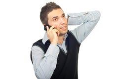Junger Mann, der durch Telefonmobile spricht Lizenzfreie Stockfotos