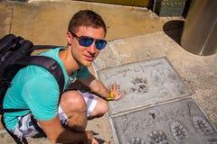 Junger Mann, der durch Vin Diesel sitzt stockfotos