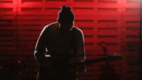 Junger Mann, der E-Gitarre auf Stadium spielt stock video