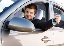 Junger Mann, der ein Auto antreibt Stockfotografie