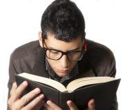 Junger Mann, der ein Buch liest Stockbilder
