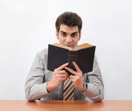 Junger Mann, der ein Buch liest Lizenzfreie Stockfotografie