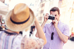 Junger Mann, der ein Foto seiner Freundin macht Lizenzfreies Stockfoto