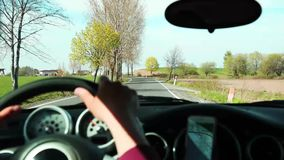 Junger Mann, der ein Mini Cooper-Auto, vorbildliches R50 auf Landschaft von Schlesien fährt stock footage