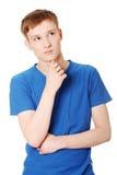 Junger Mann, der an ein Problem denkt Stockbilder
