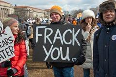 Junger Mann, der ein Protest-Zeichen trägt Stockfoto