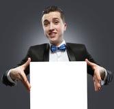 Junger Mann, der ein whiteboard hält. Stockfoto