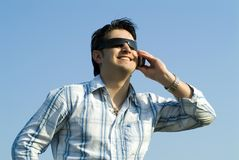 Junger Mann, der ein zellulares verwendet Lizenzfreie Stockfotografie