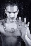 Junger Mann, der eine Dusche nimmt Lizenzfreies Stockbild
