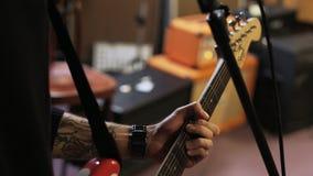 Junger Mann, der eine E-Gitarre singt und spielt stock video