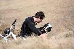 Junger Mann, der eine Karte liest Lizenzfreie Stockfotos
