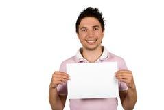 Junger Mann, der eine Leerseite anhält Stockfoto