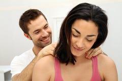 Junger Mann, der eine Massage gibt Lizenzfreies Stockfoto