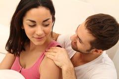 Junger Mann, der eine Massage gibt Lizenzfreie Stockbilder