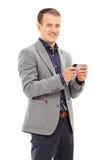Junger Mann, der eine Mitteilung an seinem Handy schreibt Stockfotos