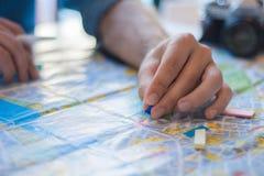 Junger Mann, der eine Reise planiert stockbilder