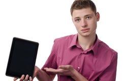 Junger Mann, der eine Tablette darstellt. Stockfotografie
