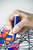 Junger Mann, der eine Zeichnung, entworfen von mich färbt Stockbilder