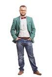 Junger Mann, der in einem grünen Mantel aufwirft stockbilder