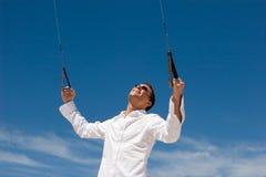 Junger Mann, der einen Bremsungs-Drachen fliegt Stockfotos
