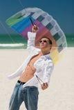 Junger Mann, der einen Bremsungs-Drachen fliegt Lizenzfreie Stockfotografie